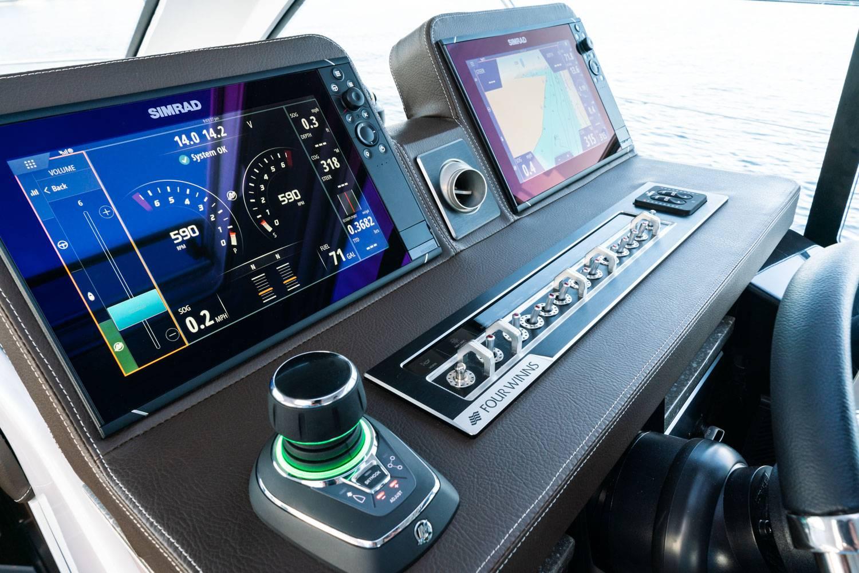 Four Winns Vista 355 Coupe boat dashboard
